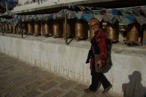 Dani bei der Kora, dem rituellen Umrunden des Heiligtums bei gleizeitigen Drehen der Gebetsmuehlen
