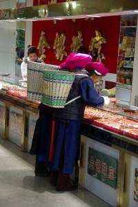 ...Tibeterinnen beim shoppen - Goldschmuck ist seeehr wichtig...