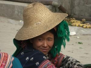 man traegt alle moeglichen Kopfbedeckungen uebereinander, um sich von der Sonne zu schuetzen