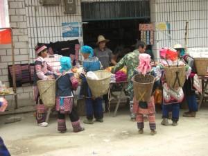 die Einheimischen Frauen freuen sich sehr am MArkt einzukaufen und einander zum Ratschen zu treffen