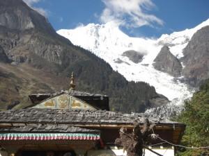 Die Kombination von tibetischem Kloster mit dem Gletscher ist einfach traumhaft stimmungsvoll