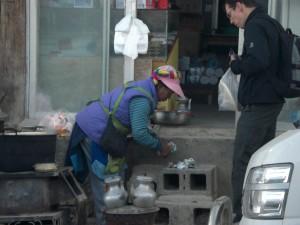 Beim Provianteinkauf am morgen - Baba (tibetisches Brot) und hartgekochte Eier