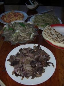 Am abend dann das wohlverdiente und ausgezeichnete Abendessen bestehend aus Yak, Pilzen, Kartoffeln, baba und Tomaten vom Garten - super