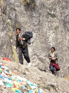 Tibetische Pilger am Weg zum Wasserfall - die Pilger kommen von weit her, beten, fuellen eine Flasche mit Wasser und gehen wieder heim.