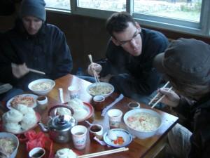 Zum Fruehstueck einen grossen Pot kraeftigende Eiernudelsuppe mit Tomaten - richtig viel Energie getankt fuer den Tag :-)