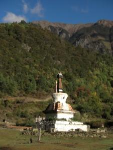 ...vorbei an der Stupa am Dorfende...
