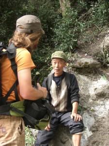 Wir treffen tibetische Pilger am WEg mit denen wir uns mit Haenden und Fuessen und viel Lachen auf beiden Seiten zu unterhalten versuchen