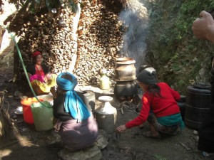 die Nachbarsfrauen machen Reiswein, den sogenannten Roxi
