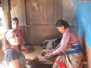 alle wollten mithelfen - Rams Schwester und Tochter beim Tomatenschneiden unter Danis Anleitung