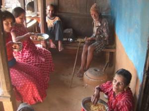 die ganze Familie und einige Nachbarn geniessen mit uns auf der Terasse des Hauses die italienische Pasta