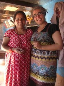Dani wird von Rams Frau nepalesisch geschmueckt und freut sich sehr ueber die netten Geschenke, die merklich von Herzen kommen