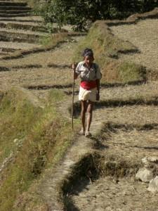 ein aelterer Nepali in der traditionellen laendlichen Kleidung - es wir einfach ein Lendentuch umgebunden