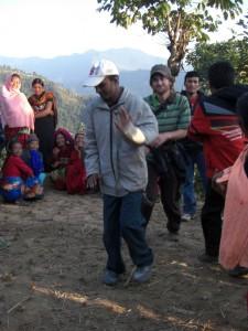 ...es wird getanzt...Ram zeigt uns wie man nepalesisch tanzt :-)