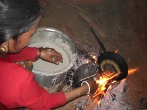 die Frauen sind fleissig am Rotimachen fuer die bevorstehende Hochzeit - ne echt leckere Speise - vor allem frisch :-)