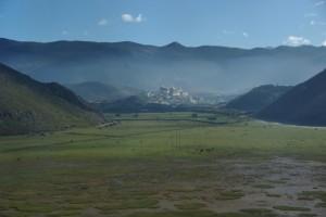 Das Sumtseling Kloster liegt im Morgennebel am Weg