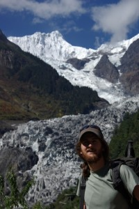 Der Gletscher fliesst neben uns ins Tal - atemberaubend