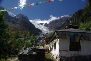 Schliesslich der einsame obere Tempel (fuer die Chinesen reicht wahrscheindlich der Inhalt der Sauerstoffflasche nicht fuer die Wanderung hierher :-)) - nur die Moenche, der Gletscher und wir.