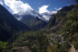 ...unter der Bergkette in das Tal gebettet unser Tagesziel, das Yubeng village (oberes Dorf)