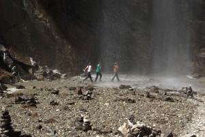Die tibetischen Maedchen sind nicht so gelassen - sie rennen schreiend ausser Reichweite des Wassers :-)