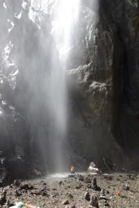 Ein Pilger nimmt seine kalte Dusche wohl als glueckbringendes Zeichen gelassen entgegen :-)