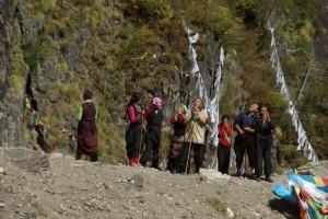 Sobald die Pilger den Wasserfall das erste Mal sehen, beten sie voller Hingabe