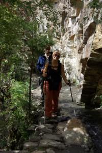 Dani strahlt und geniesst das Wandern entlang dem plaetschernden Wasser (hinter ihr der Mormone aus den USA Dave).