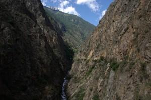 ...der Blick zurueck zeigt die spektakulaere Anlage des Waals in der steilen Schlucht ...