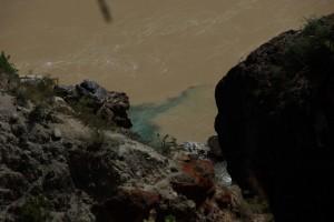 ...schliesslich muendet der kleinere, klare Yugeng Fluss in den jungen, schlammigen Mekong - man sieht die Farbvermischung der beiden Fluesse