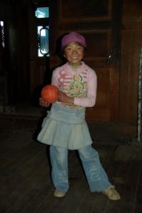 Das junge Maedchen beim Ballspielen im riessigen Wohnzimmer