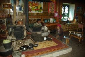 Das Zentrum des Wohnzimmers im ersten Stock - die Feuerstelle(im Hintergrund das grosse Poster Maos), links die Konstruktion fuers Wasserwaermen