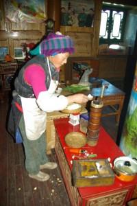 Die Mutter bereitet den Buttertee - traditionell mit Yakbutter im Butterkuebel und mit viel Salz :-)
