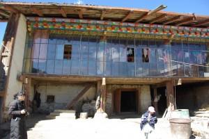 Nach kurzer Fahrt erreichen wir das tibetische Bauernhaus