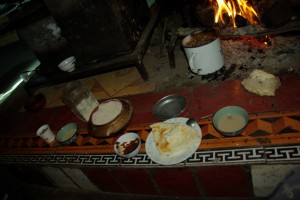Das Begruessungsessen - Buttertee(ganz rechts), Baba(Mitte), Tsampamehl (links)