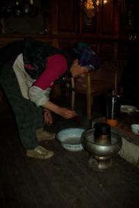 Die Mutter beim Bereiten des tibetischen Hotpot