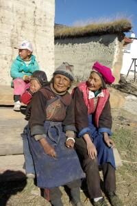 Die alten Frauen beobachten gemuetlich das Geschehen