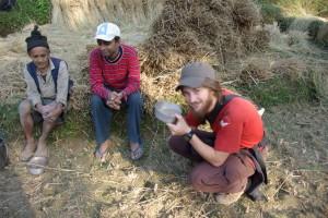 bekommen Nepali-Bier angeboten, das aus Millet hergestellt wird...