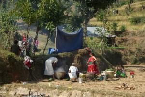 die Brahmanen beim Zubereiten des Ziegenfleisches...