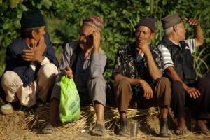 ...und die Maenner mit den typischen nepalesischen Kappen warten schon hungrig auf die Hauptspeise