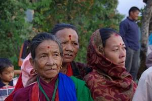 ...diese 3 Nepalesinnen mit typischem Gesichtsschmuck beobachten ganz interessiert