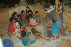 die ganze Kinderscharr beim Tanzen, Singen und Musizieren - wahnsinn, welche Freude sie auch daran haben