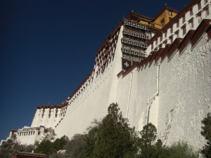 ...die beeindruckende Mauerfront des Palastes