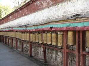 Die Kora um die MAuern des Potala beinhaltet das drehen jeder Einzelnen der tausenden Gebetsmuehlen