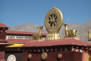 DAs zentrale Gebaude ist mit den buddhistischen Symbolen geschmueckt