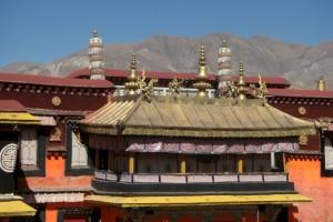 ...die DAecher des Jokhang - hier das Baldachin fuer den Dalai Lama