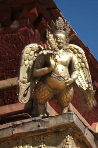 Wunderschoene Dachverzierungen am zentralen Tempel des Jokhang