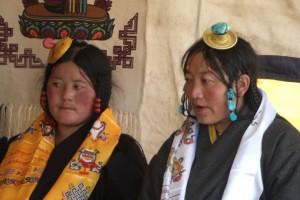 Zwei MAedchen einer speziellen tibetischen Volksgruppe bei der Pilgerrunde im Jokhang