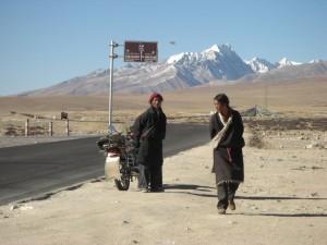 am Weg zurueck nach Lhasa - die Kleidung der Maenner ist wie vor 100 Jahren, die Transportmittel sind etwas moderner :-)