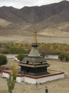 ...die schoene schwarze Stupa - welches Element sie darstellt konnten wir auch ueber unseren Fuehrer nicht herausbekommen