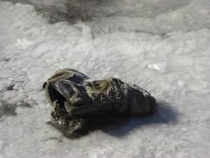 ...gruseliges Relikt am Weg(eingefrorerener Schuh) - erinnert an Horrorgeschichten von fehlgeschlagenen Bergexpeditionen...
