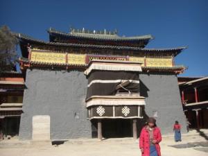 Der Eingang zum Shalu Kloster - besonders schoen sind die gruenen Kacheln am Dachgibel